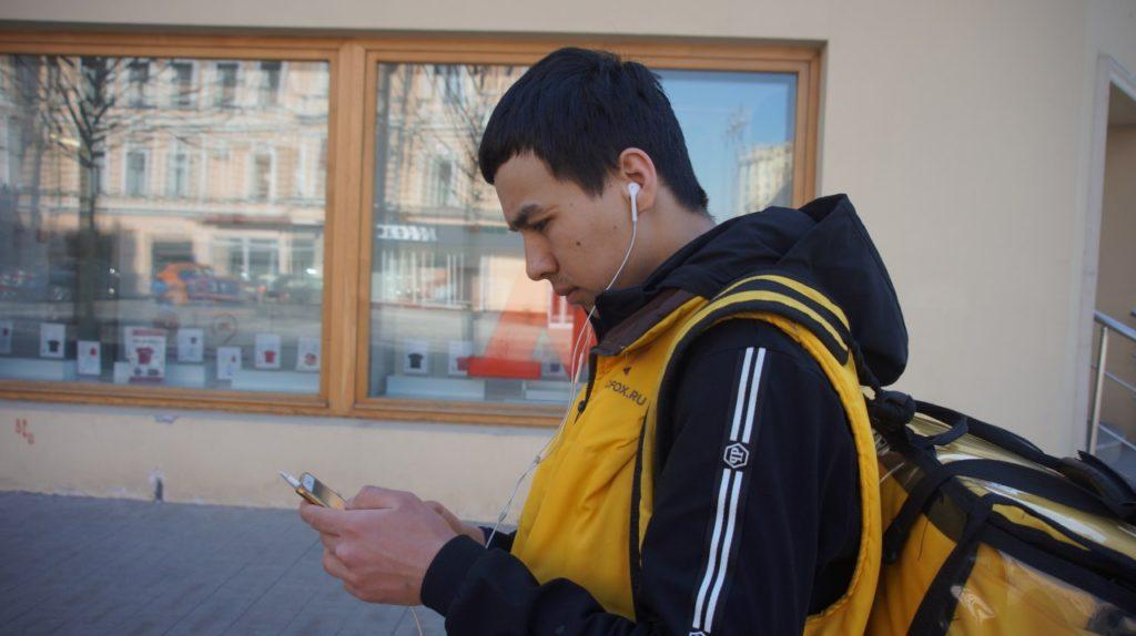 Яндекс еда овқат етказиш хизматида ишлаганим хар куни 14 соат совуқда кўчада юрардим кунига 30-35 километр пиёда юрардим